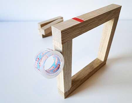 Rahmen zum Fixieren mit Klebeband umwickeln