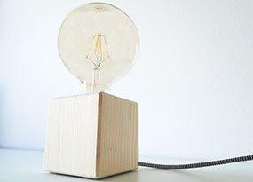 Fertige DIY-Tischlampe aus Holz