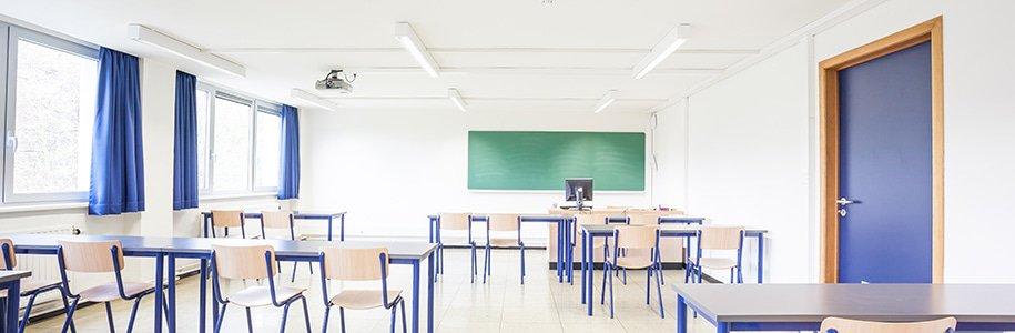 Klassenzimmer mit Deckenbeleuchtung