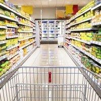 Supermarktgang mit LED-Beleuchtung