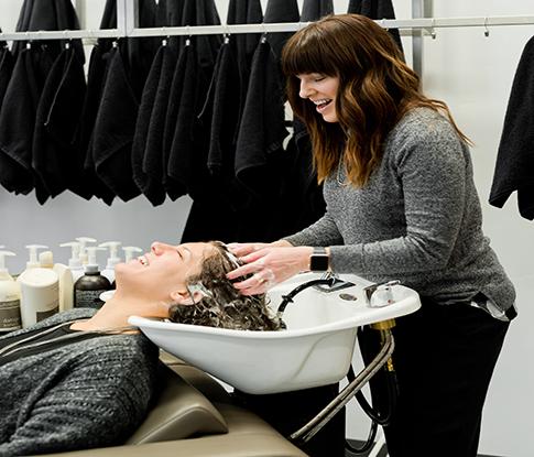 Haarwäsche im Friseursalon