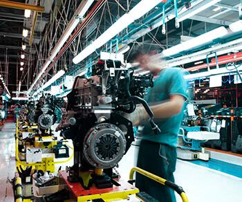 Industriebeleuchtung in einer Auto-Werkshalle