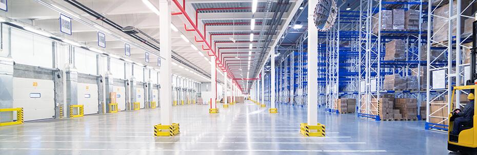 Industriebeleuchtung in einer Halle