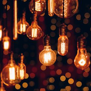 LED-Filament-Lampen hängen an der Decke