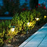 Gartenweg mit Beleuchtung