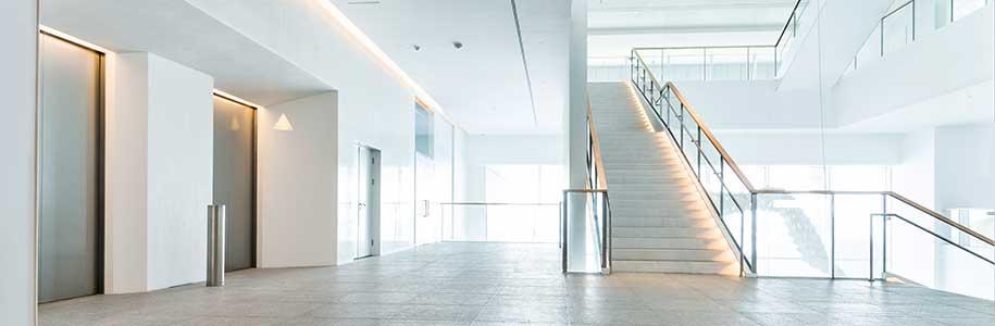 Beleuchtung in Treppenhaus mit Aufzug
