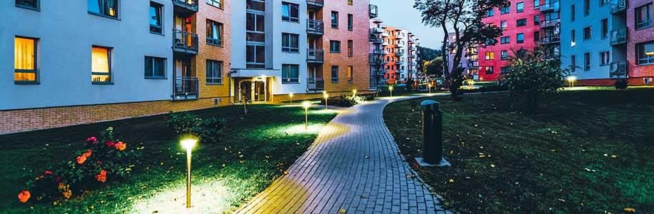 Außenbeleuchtung Wohnanlage im Abendlicht