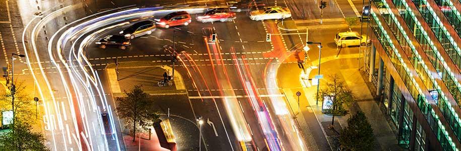 Straßenbeleuchtung an Kreuzung in Berlin