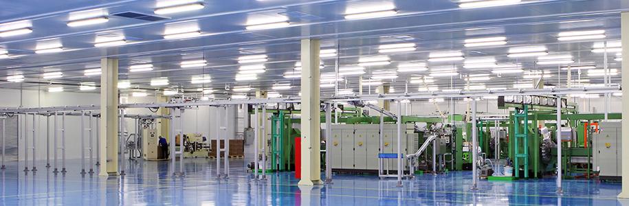 Industriehalle mit LED-Röhren