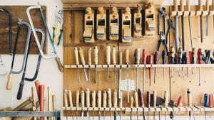 Bild einer Werkstatt, mit Werkzeugen, die an der Wand hängen