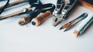 Werkzeuge auf weißem Untergrund