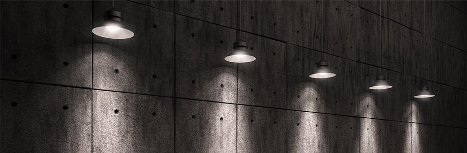Eine Reihe von Lampen hängen an einer Wand herunter