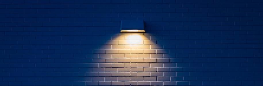 UGR: Lampe strahlt eine Wand an