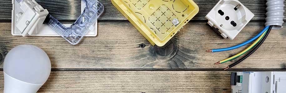 Bauteile und LED auf Holztisch
