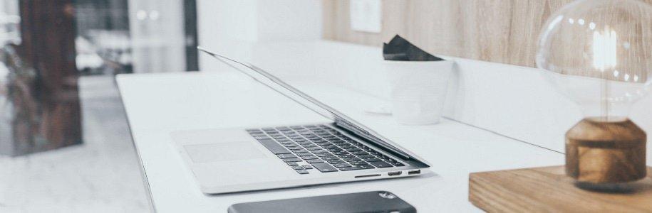 Tisch mit Laptop und Tischlampe