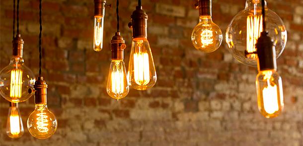 LED-Lampen hängen von der Decke