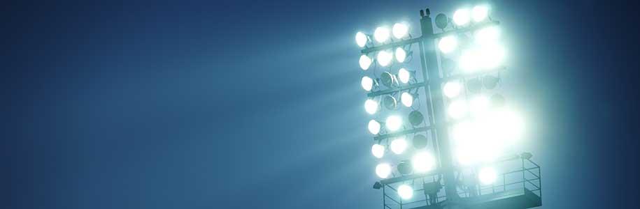 LED-Flutlicht vor dunklem Himmel