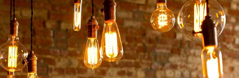 LED-Vintagelampen vor Backsteinwand