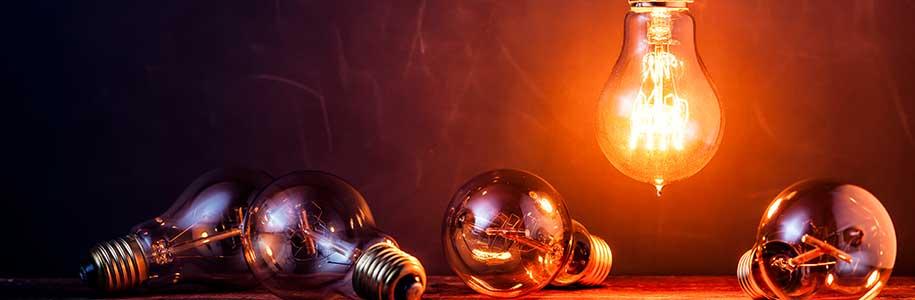 fünf Glühbirnen als Beispiel für den Wechsel zu LED